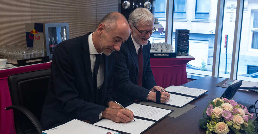 EIROforum Directors meet the European Commission in Brussels. Director-General for Research and Innovation Jean-Eric Paquet (left) and current EIROforum Chair and EMBL Director-General, Iain Mattaj (right), sign plans for future cooperation