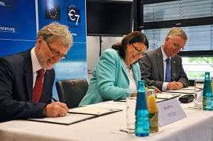 Signature of the Statement of Intent in June 2010. From left to right: Iain Mattaj, EMBL Director General, Máire Geoghegan-Quinn, European Commissioner for Research, Innovation and Science (2010-2014) and Tim de Zeeuw, ESO Director General